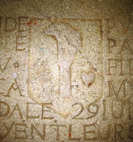 armoiries vigneronnes, pierre tombale de l'église de Pannessières